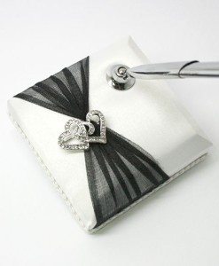 pen-Twin-heart-brooch-bw